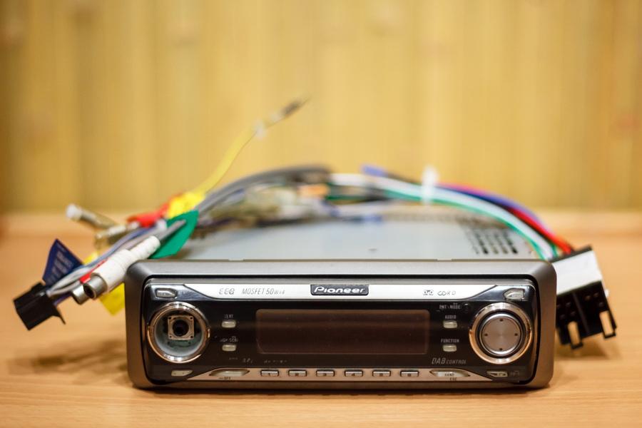 Продам магнитолу Pioneer DEH-P7700MP.  Внешне потертая.  С mp3 дисков бывает, что не читает трек, но редко.